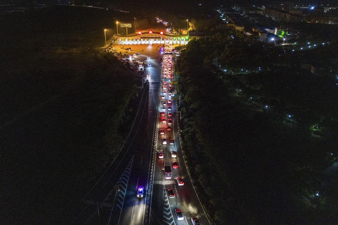 2020年4月8日,武漢解封第一天的一個高速公路收費站,長長的車龍排隊等候離開。