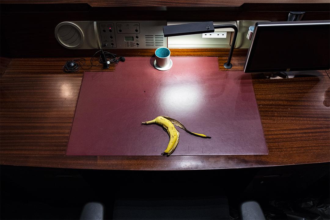 2019年7月3日,於7月1日示威者佔領立法會後,一塊蕉皮遺留在立法會議事廳的桌上。