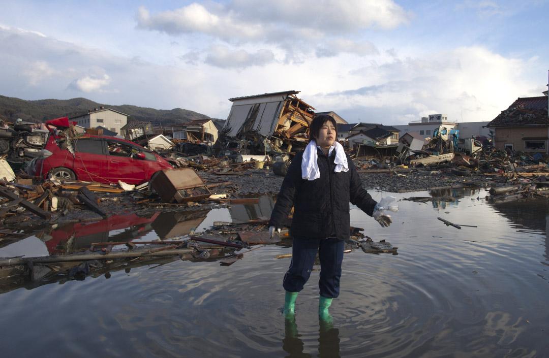 2011年3月16日,日本宮城縣氣仙沼市,311地震後一間被毀的房屋變成廢墟。
