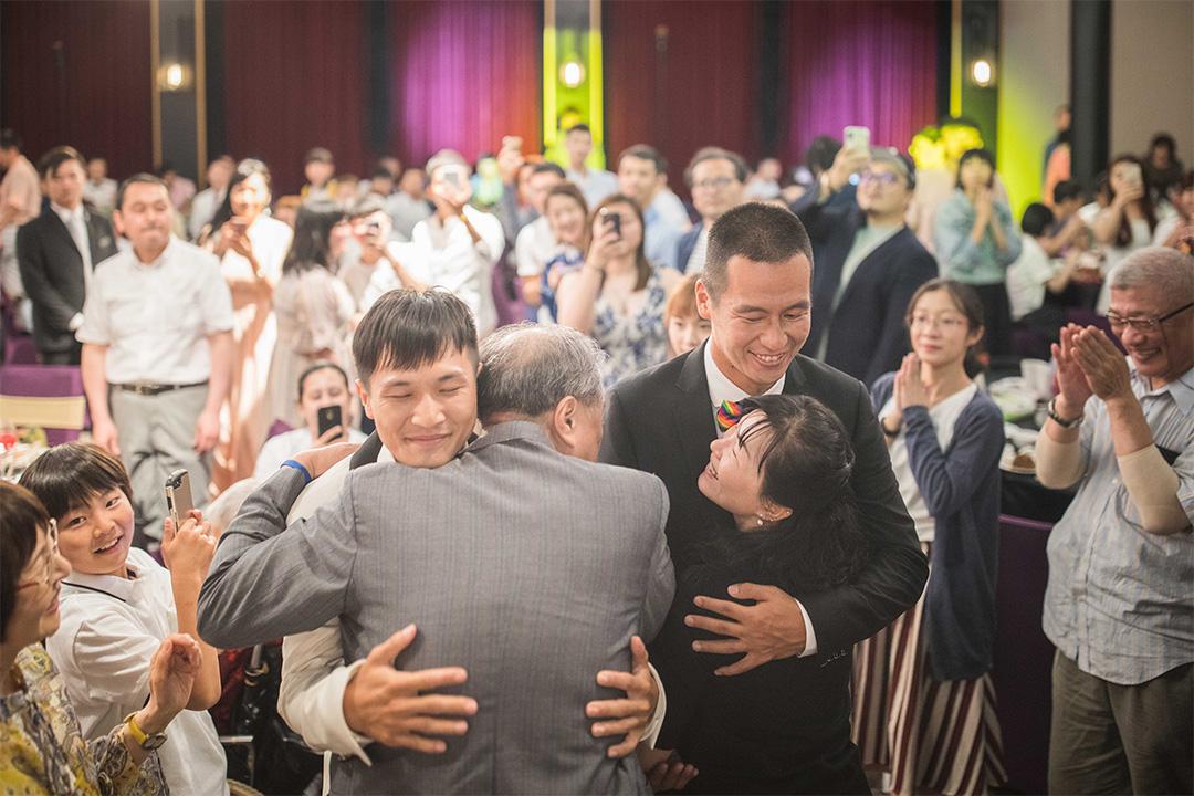 一對跨國同志戀人,日本人AZ(右)與台灣人盈任(左)於2019年5月26日舉辦婚禮接受親友祝福。
