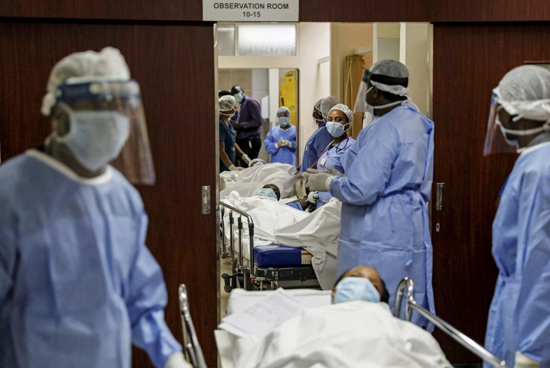 2020年4月9日,肯尼亞內羅畢的阿迦汗大學醫院,醫護人員在一次演習中運送模擬的 2019冠狀病毒患者,該演習模擬大量2019冠狀病毒患者需接受治療。