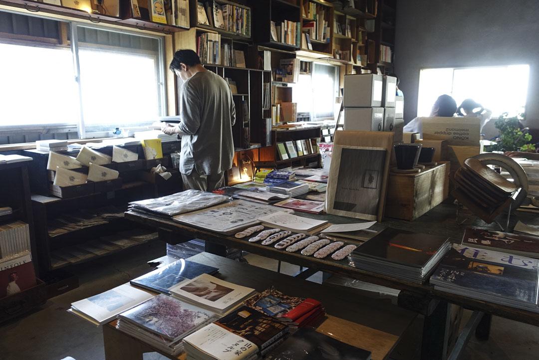 栞日的書店空間設在二樓,店內搜羅了很多獨立出版的刊物,填補了原本松本市的文化生活缺少的一塊。