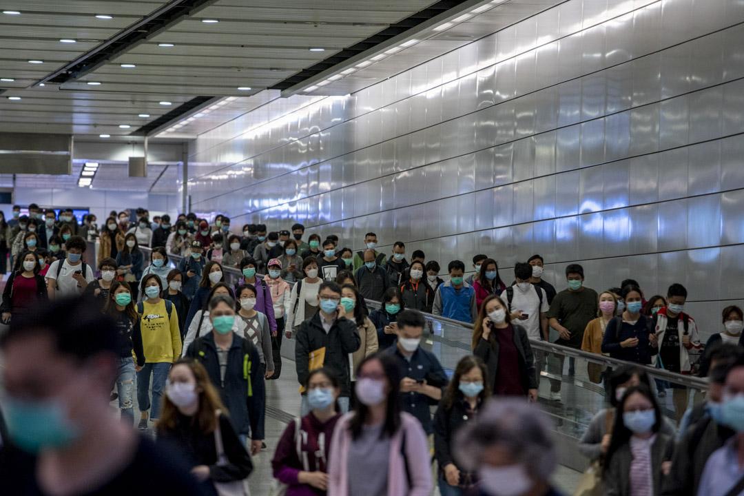 2020年4月2日,香港站下班人士大都戴上了口罩。