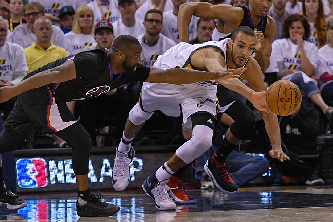 2017年4月23日,猶他爵士的中鋒戈貝爾(Rudy Gobert)在NBA季后賽期間對賽洛杉磯快艇。