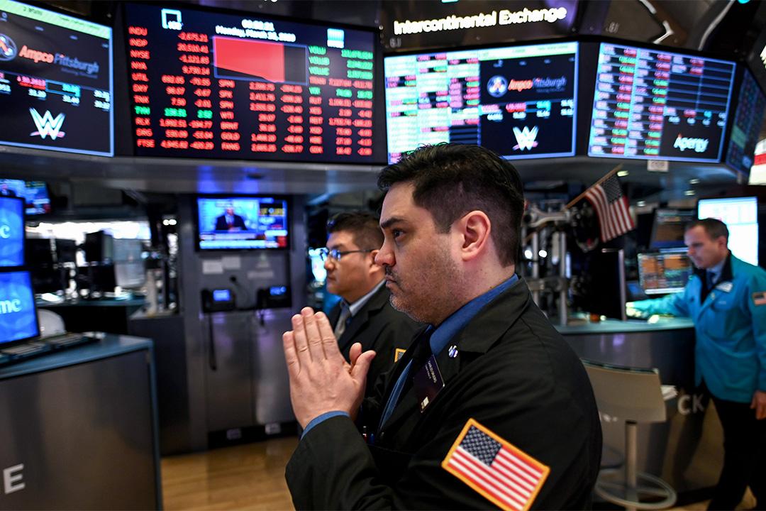 2020年3月16日,交易員在紐約華爾街紐約證券交易所(NYSE)內工作。