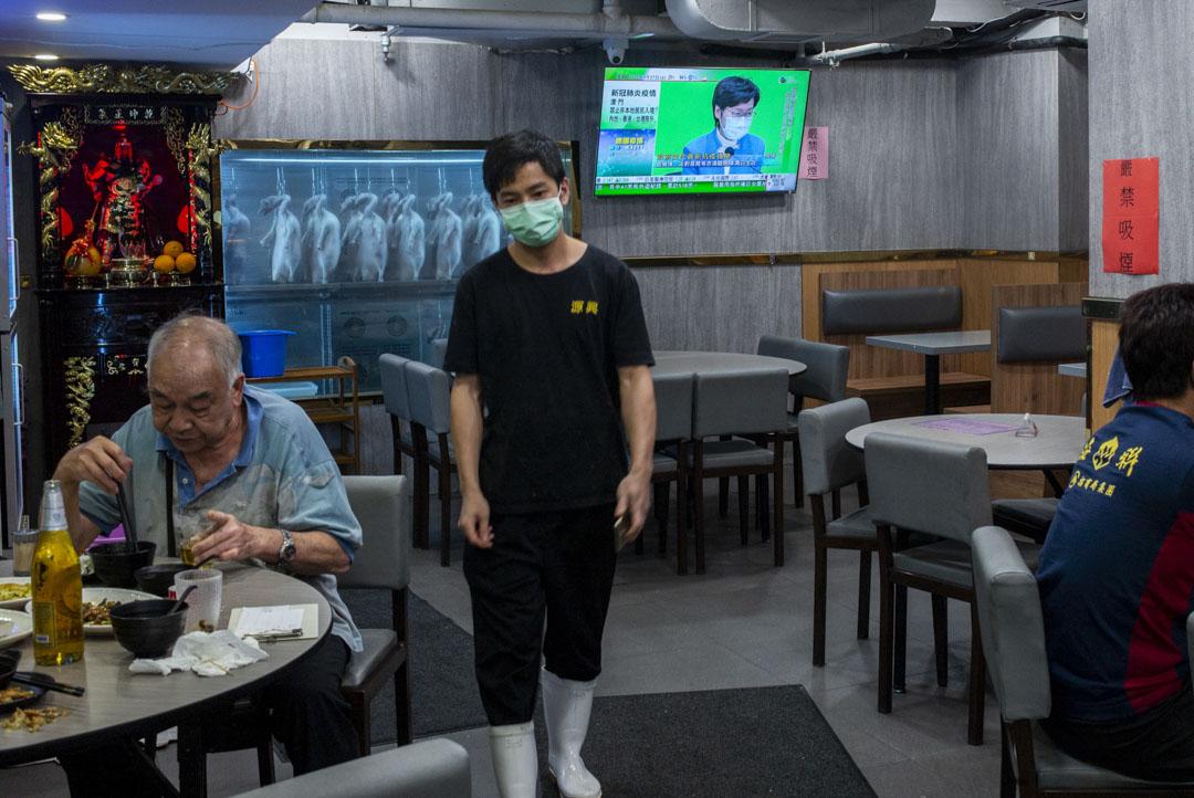 葵涌一間茶餐廳的電視上,播放著林鄭月娥的防疫措施記者會。