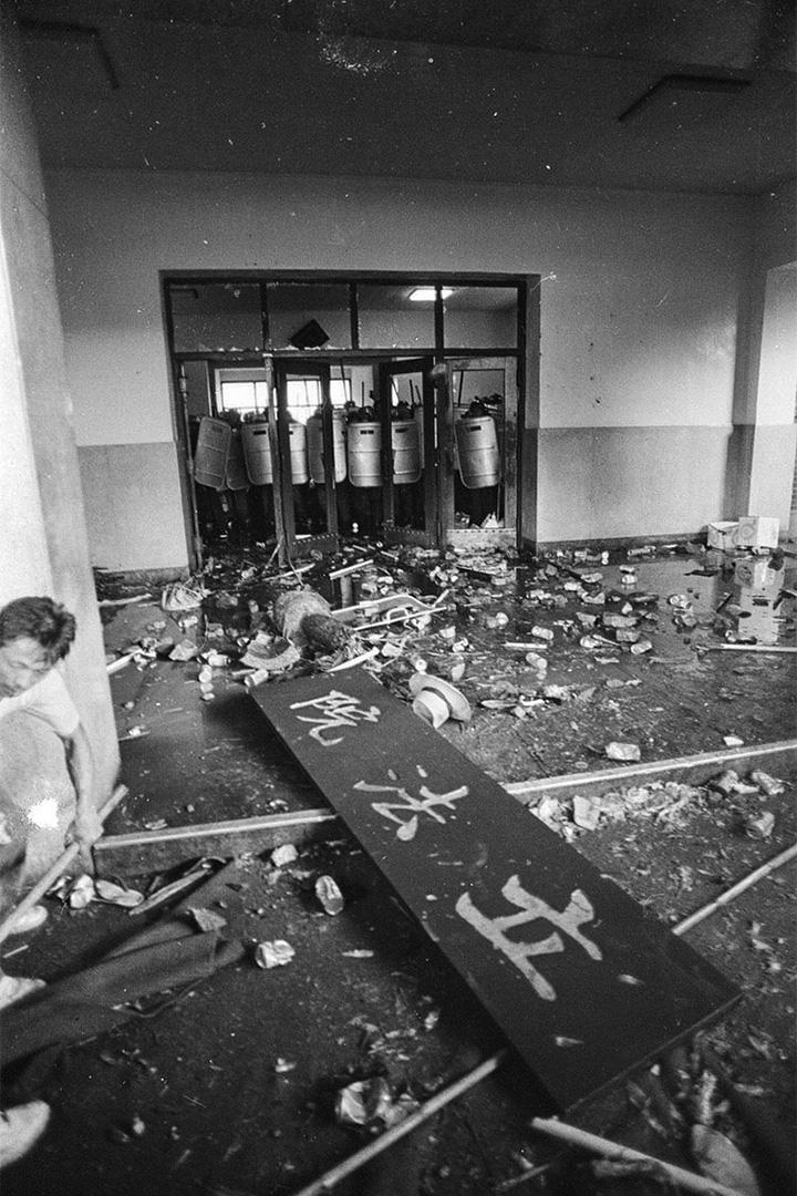 520農民運動爆發衝突,立法院招牌也被示威者拆下。