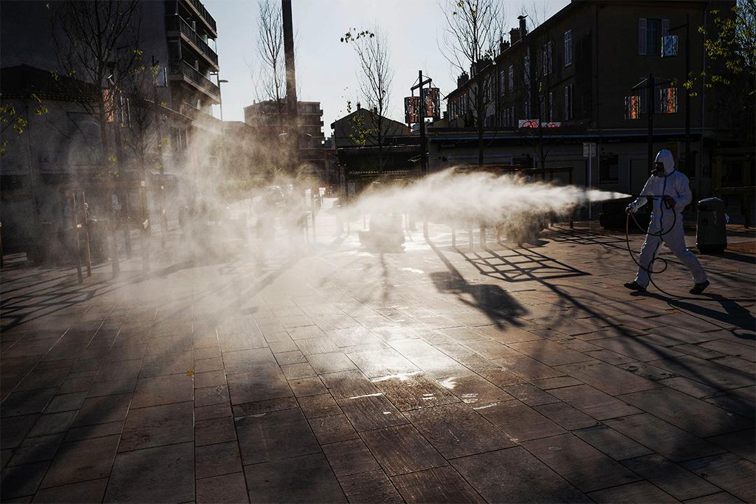 2020年4月10日,防疫人員於法國南部的里維埃拉市的街道上噴灑了消毒劑,目的是遏制2019冠狀病毒蔓延。