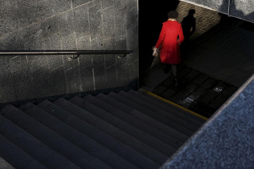 2017年7月7日,一位穿紅衣的女士進入隧道。