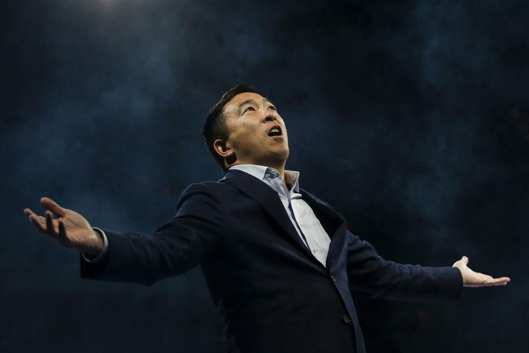 2019年11月1日,民主黨美國總統選舉初選候選人企業家楊安澤(Andrew Yang)在愛荷華州民主黨的慶典期間接受群眾歡呼。