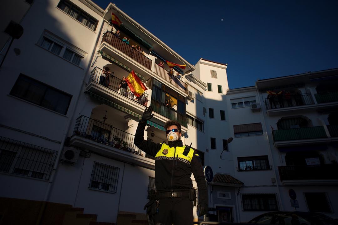 2020年4月3日,西班牙龍達的人們正在陽台為醫護人員鼓掌,並揮舞西班牙國旗。