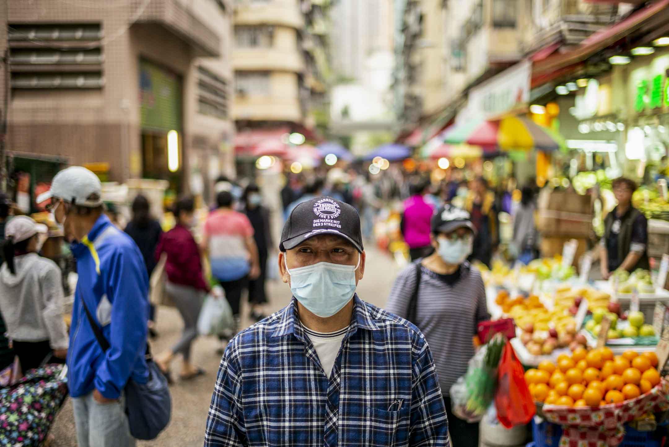 66歲的阿來是一名中港速遞「步兵」——以人手送貨,往來中港兩地,但因疫情封關而失業。 攝:林振東/端傳媒