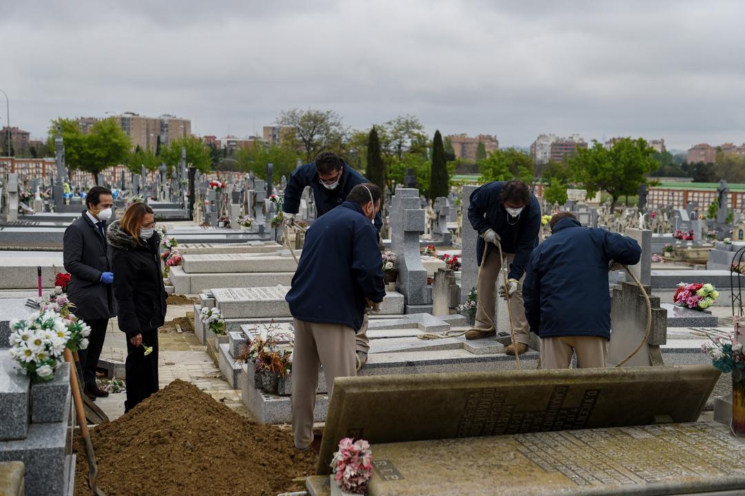 2020年4月7日,西班牙馬德里一個墓地,一家人正在為他們因2019冠狀病毒去世的親人送葬。