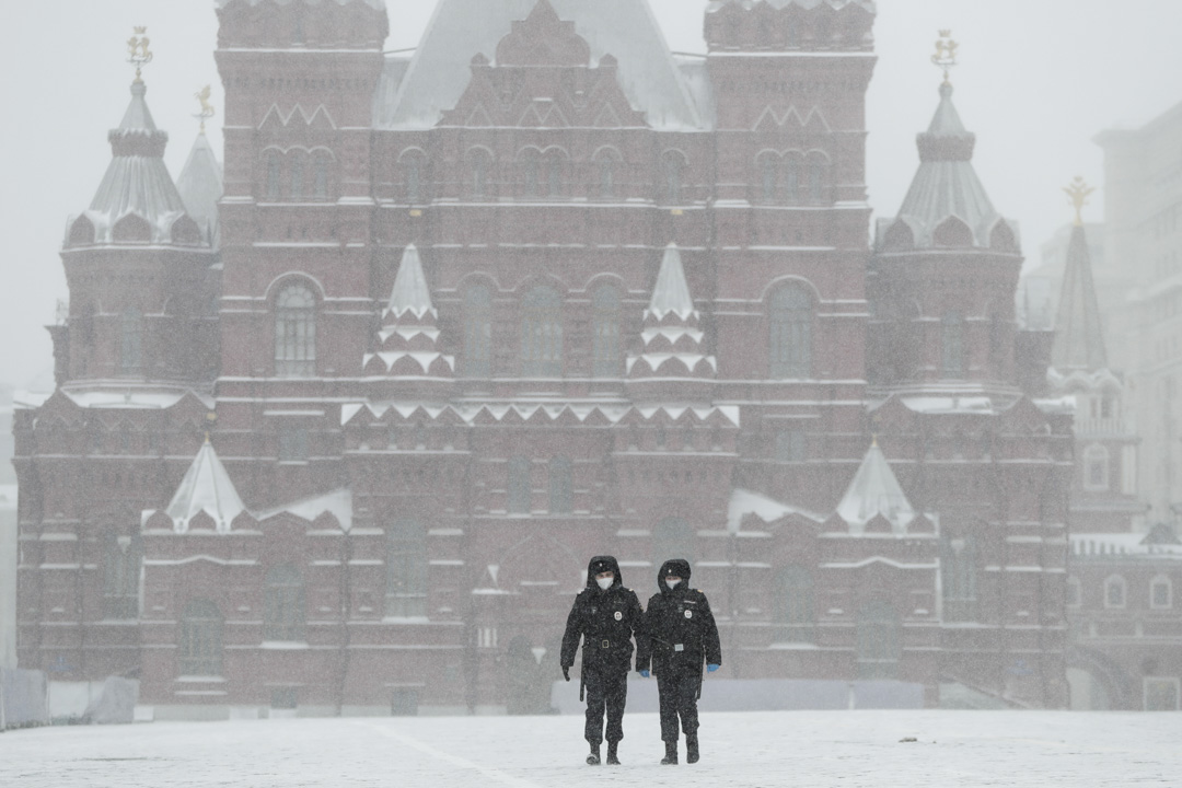 2020年3月31日,俄羅斯莫斯科紅場上,兩名警察戴著口罩巡邏。