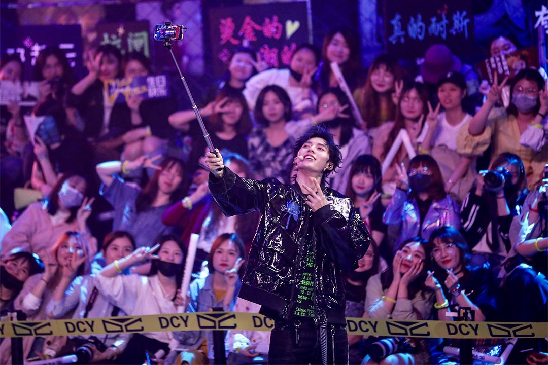 《青春有你》歌手鄧超元生日會上獻唱。 圖:IC photo