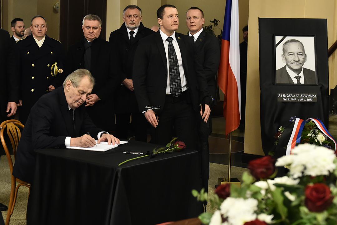 2020年2月3日,捷克參議院前任議長柯佳洛(Jaroslav Kubera)的喪禮在特普利策舉行,總統齊曼(Miloš Zeman)簽署弔唁冊。 攝:Ondrej Hajek / CTK via AP Images