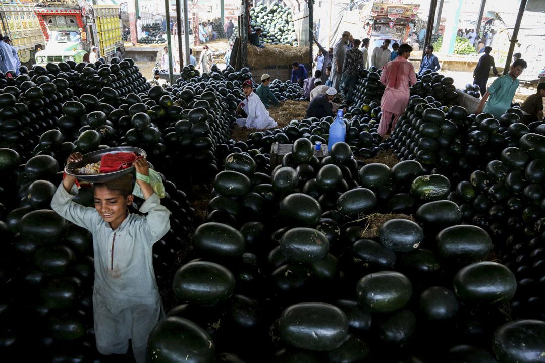 2020年4月23日,巴基斯坦卡拉奇,政府為遏制2019冠狀病毒傳播而在全國實施封鎖期間,人們在齋戒月前購買西瓜。
