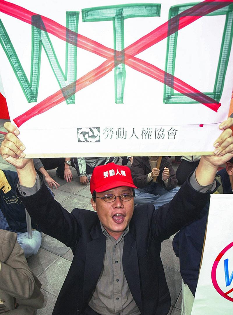 2001年11月16日,來自勞工權益組織的一名男子在台灣國會外示威,抗議台灣加入世界貿易組織(WTO)。