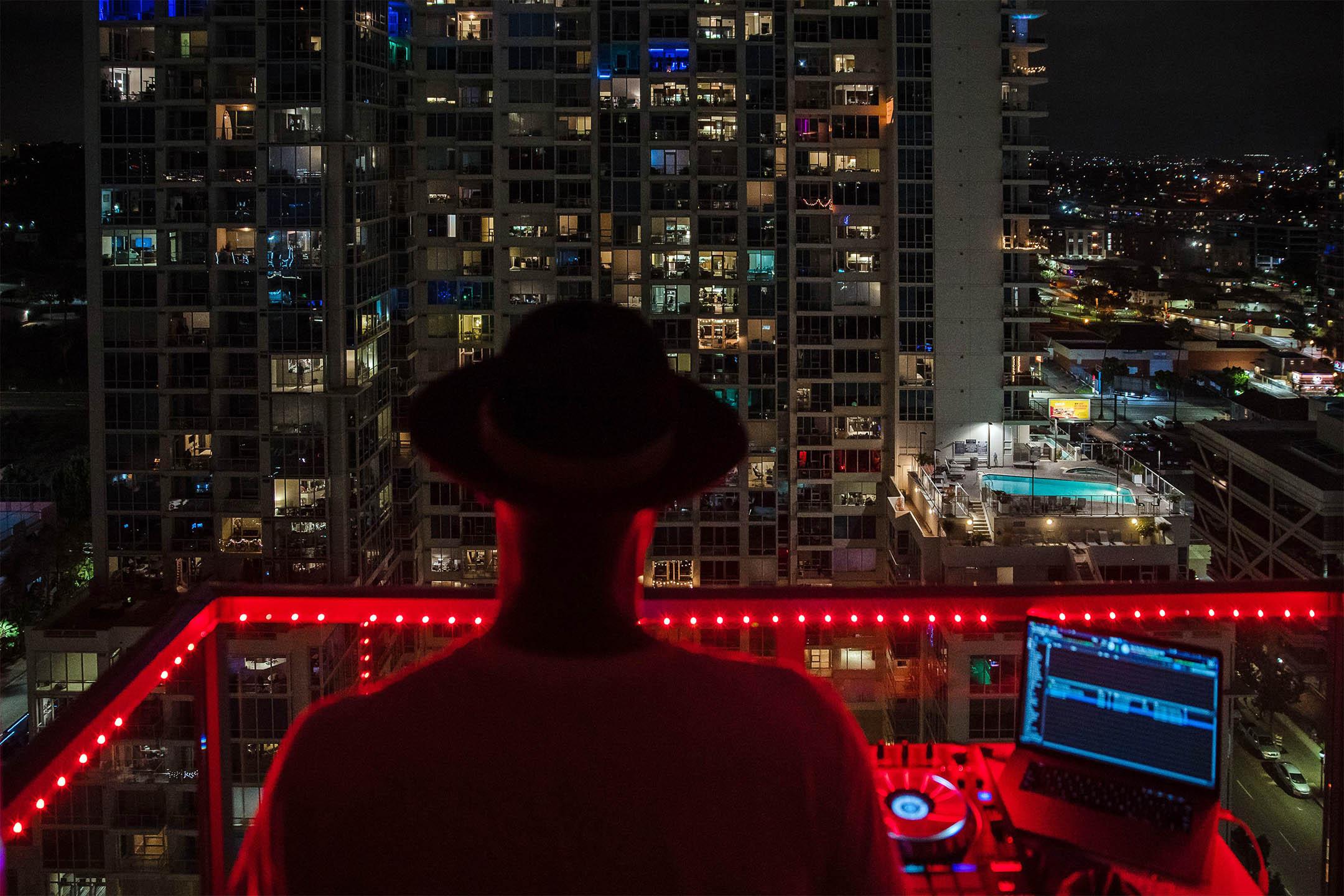 2020年4月11日,諾埃爾·布蘭登又名DJ Iamnoel,在加州聖地亞哥市中心的陽台上打碟,鼓勵因2019冠狀病毒而受到隔離的人。