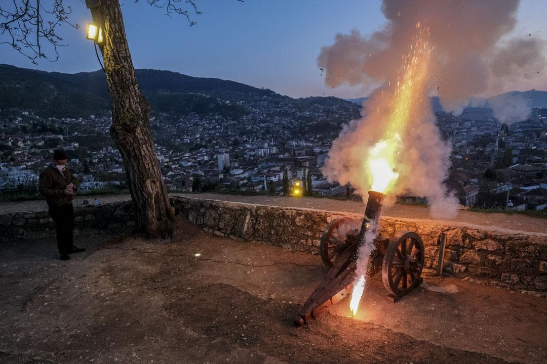 2020年4月24日,波斯尼亞薩拉熱窩,齋戒月的第一天一名男子在日落之後發射煙火。 攝:Kemal Softic/AP/達志影像
