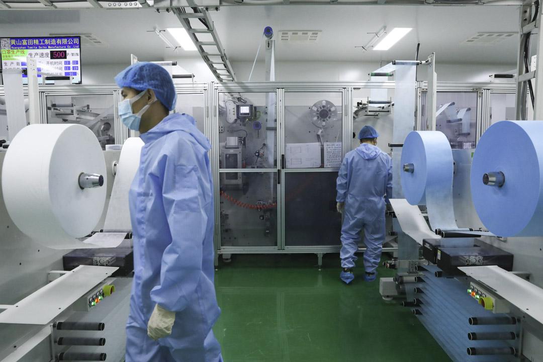 2020年3月18日中國北京,工人在一家口罩工廠內工作。