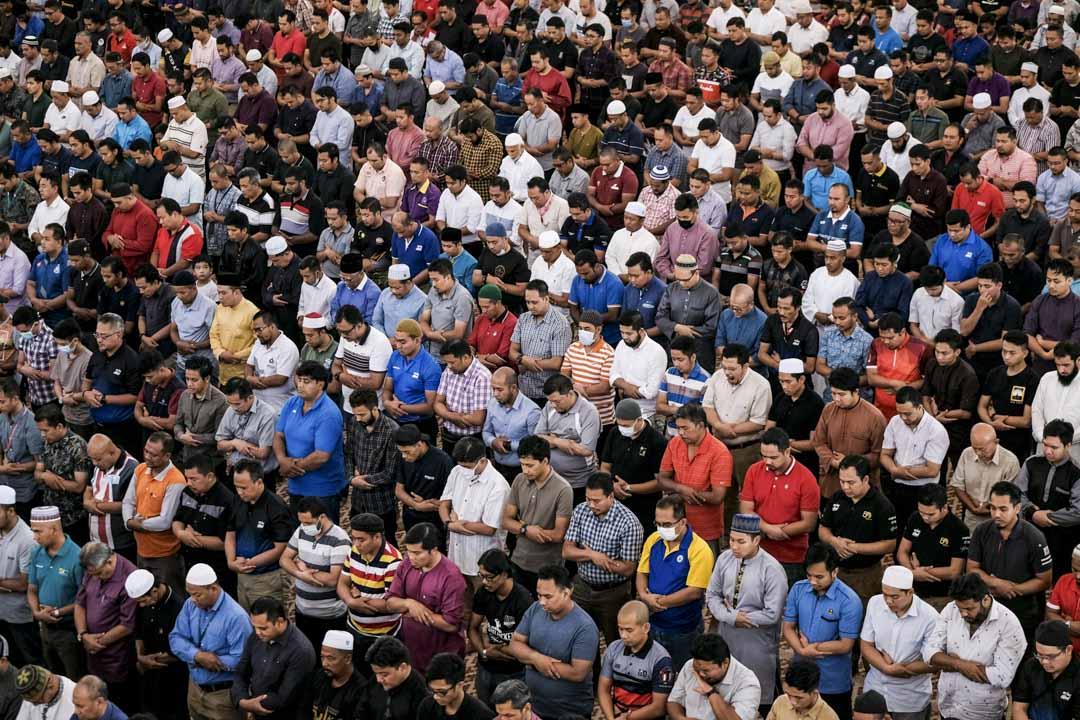 2020年3月13日,馬來西亞吉隆坡的穆斯林聚集在清真寺進行祈禱。 攝:Syaiful Redzuan/Anadolu Agency via Getty Images