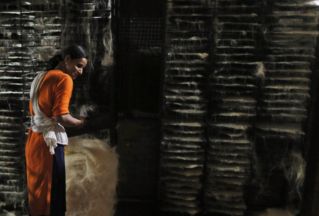 2020年4月25日,印度一家工廠,工人在安排於齋月中需要的乾粉條。