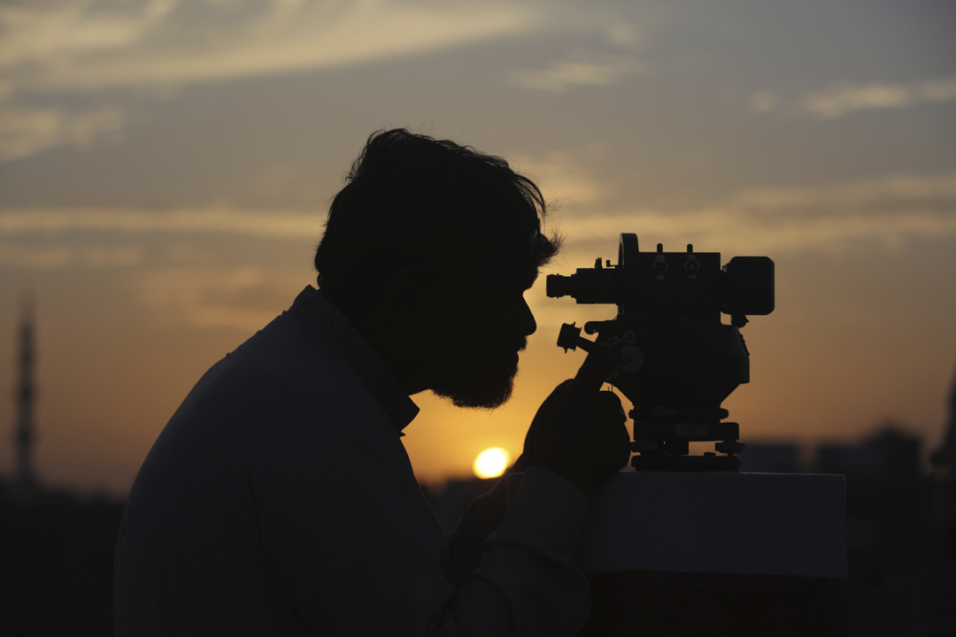2020年4月23日,一名官員用望遠鏡尋找新月,這是穆斯林齋戒月開始的信號。