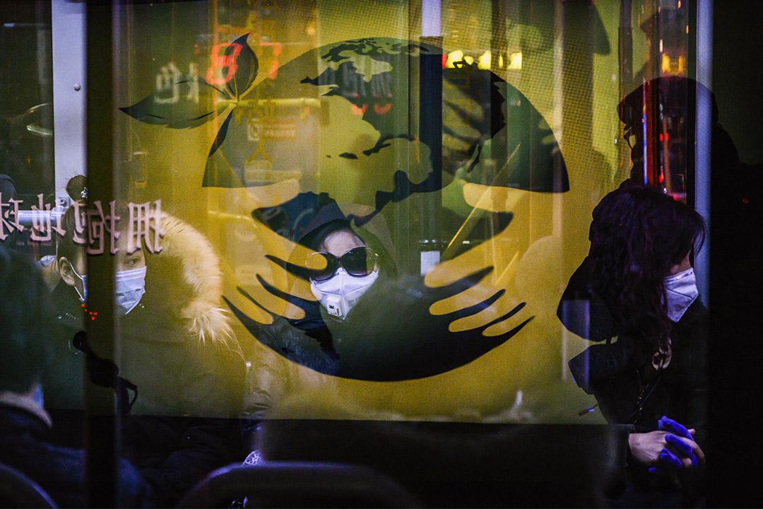 2020年3月2日北京,市民戴著口罩乘坐一輛公車下班。