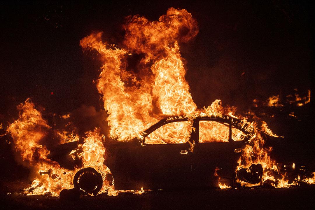 2019年10月24日,加州大火焚燒一輛汽車。