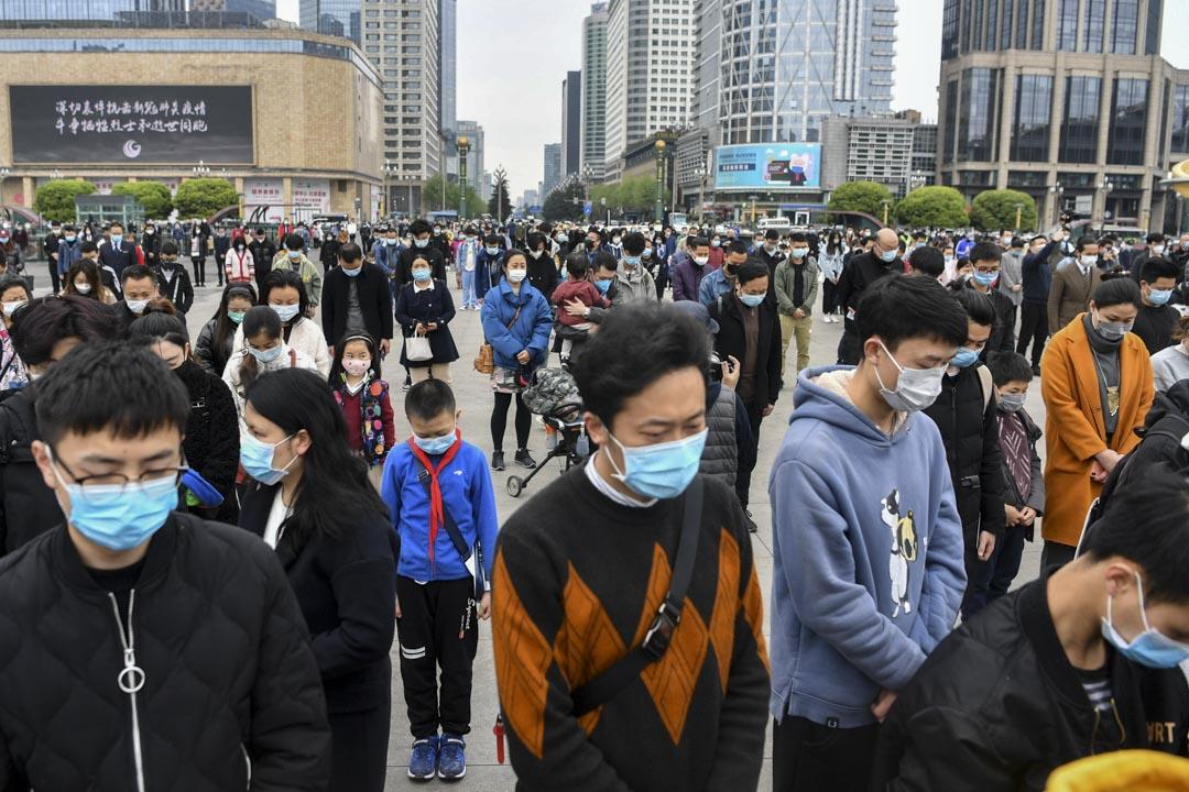 2020年4月4日,四川成都,人們在天府廣場上默哀致敬。