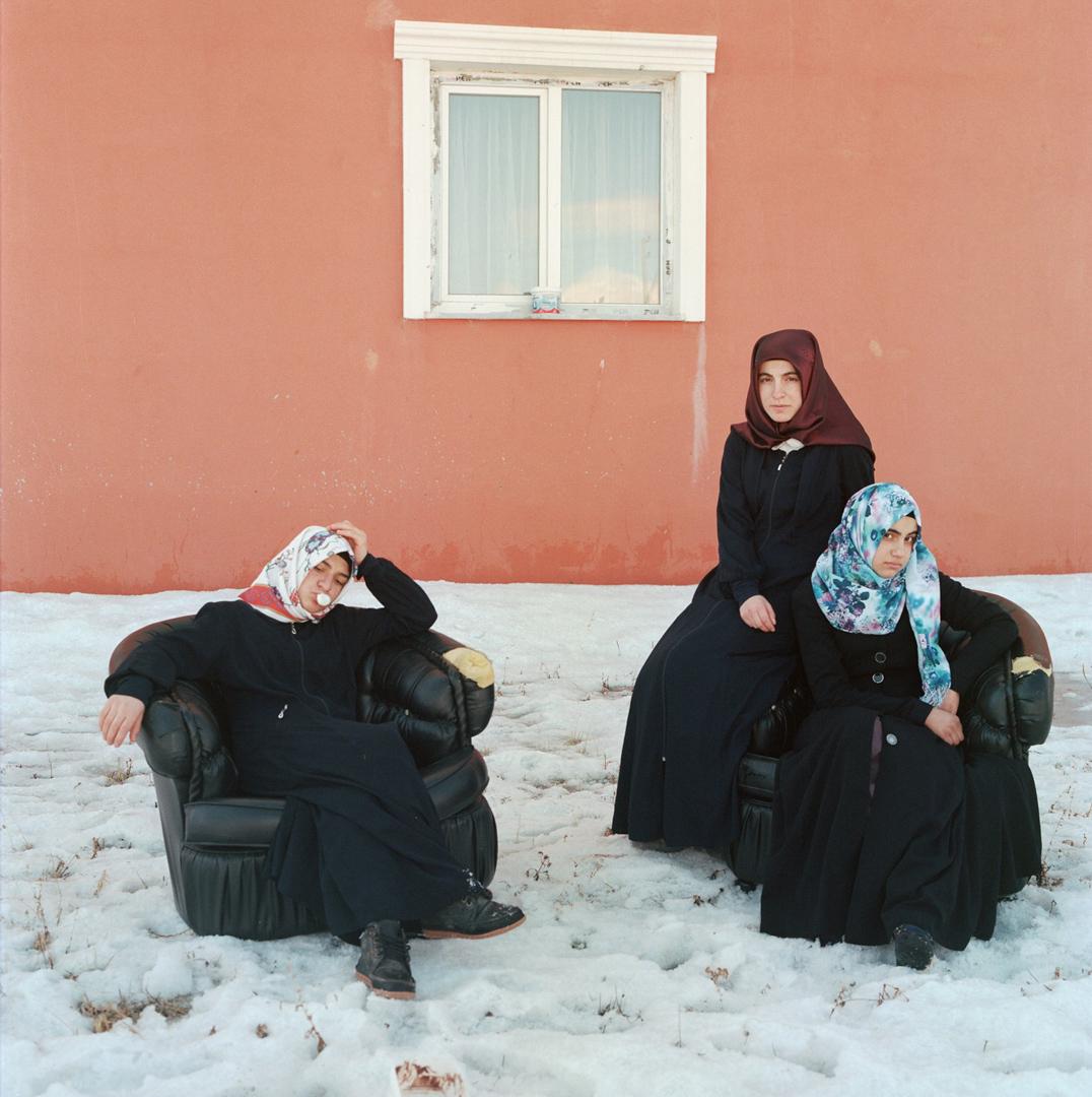 2018年12月7日,位於土耳其卡爾斯的一所古蘭經學校,學生們正在小息期間在雪地中休憩。