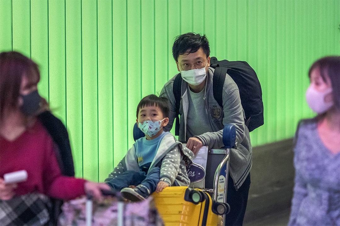 2020年2月2日,加州的旅客戴著口罩到達布拉德利國際機場。