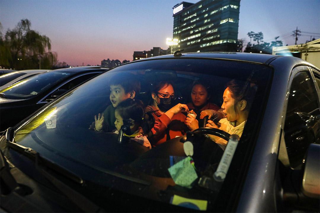 2020年3月23日,韓國首爾一個家庭準備在汽車電影院看電影。