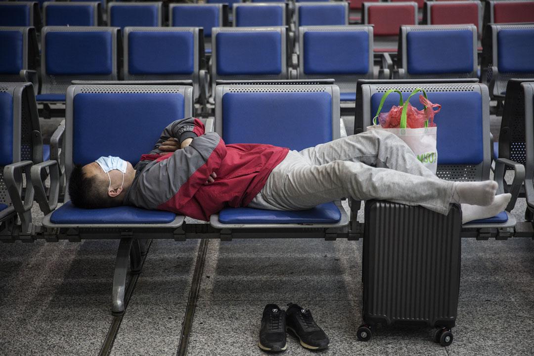 2020年4月7日,武漢解封前一天,乘客在武昌火車站候車室睡覺候車。