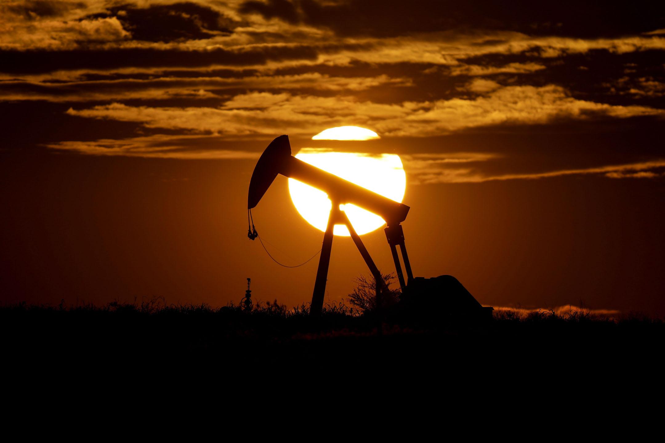 2020年4月8日,美國德州卡恩斯市附近一個閒置的煉油設備。 攝:Eric Gay/AP/達志影像