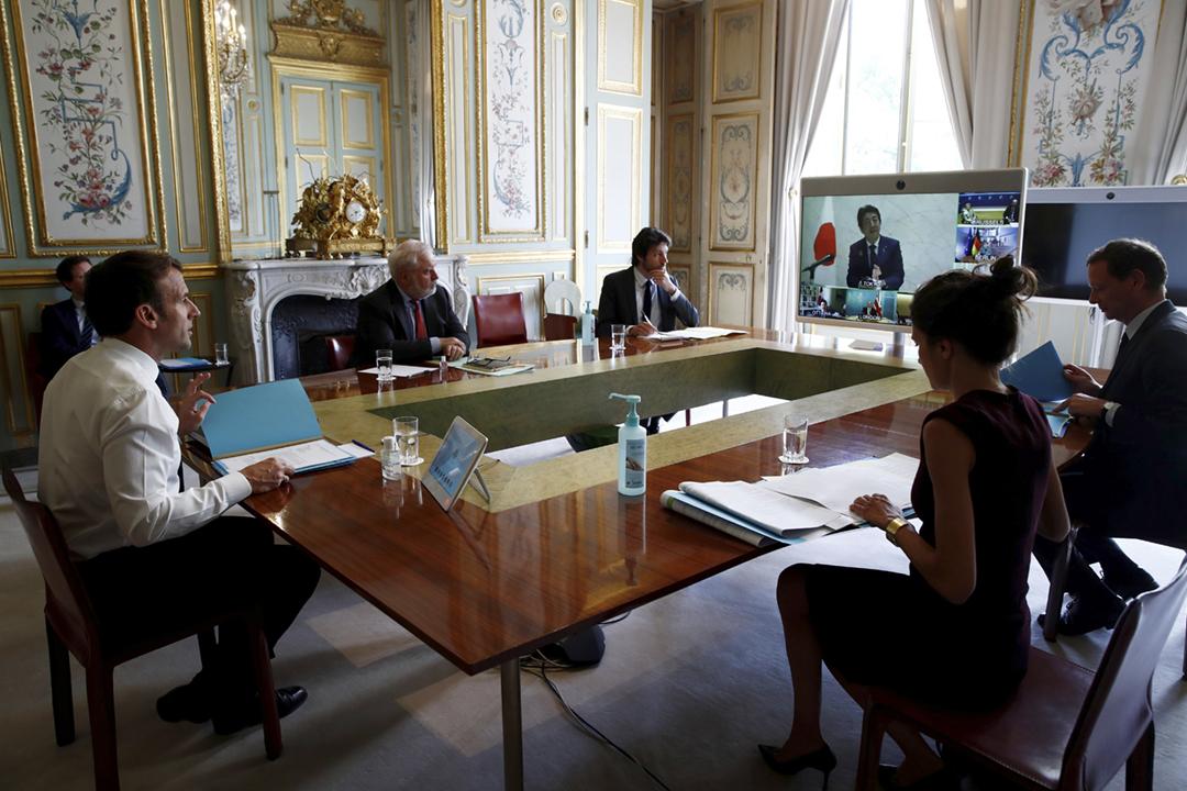 2020年4月16日,七國集團(G7)舉行領袖視像會議。圖為法國總統馬克龍在巴黎愛麗榭宮出席會議。 攝:Gonzalo Fuentes / AFP via Getty Images