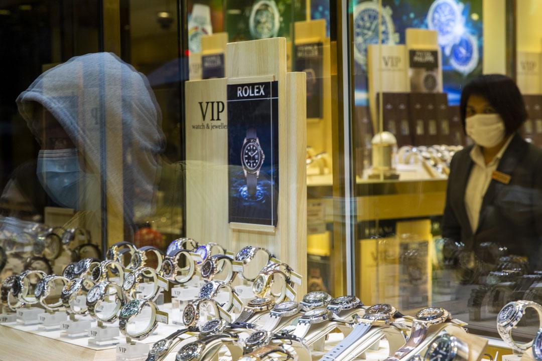 尖沙咀一間珠寶店內並無顧客在內,只有售貨員。