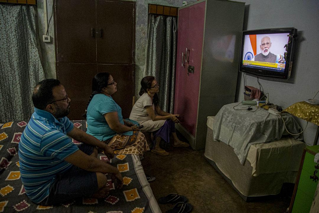 2020年3月24日,印度一個家庭觀看總理莫迪(Narendra Modi)在電視上發表的講話。