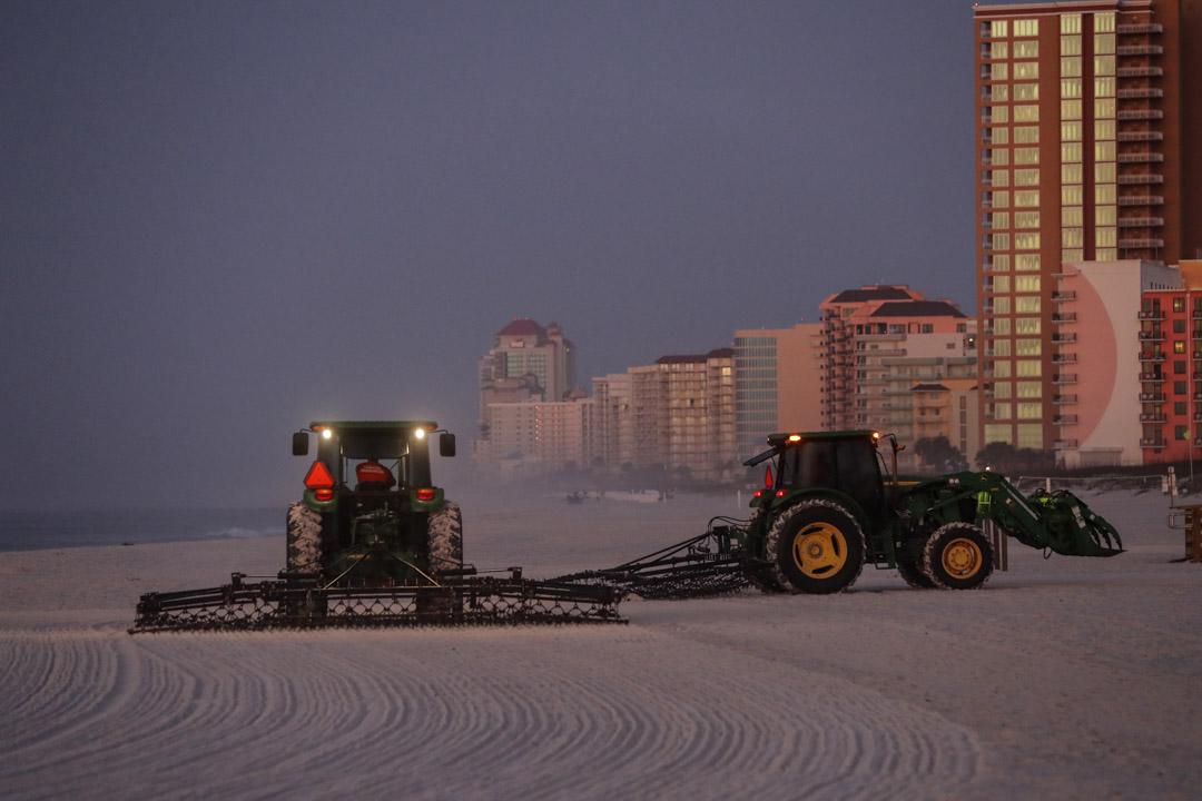 2020年3月13日美國阿拉巴馬州,海灘清潔工於阿拉巴馬州奧蘭治海灘的黎明時工作。