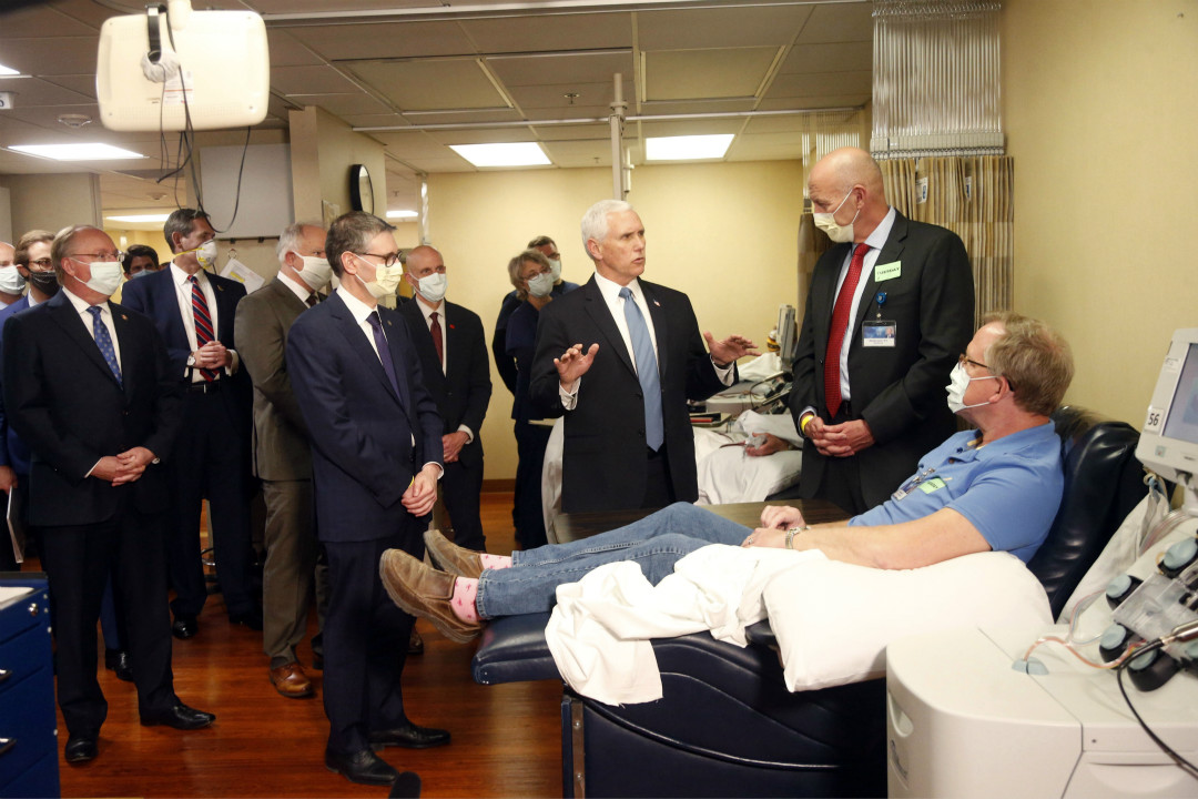 2020年4月29日,美國明州梅奥醫學中心(Mayo Clinic),副總統彭斯(Mike Pence)到訪,未戴口罩。 攝:AP Photo/Jim Mone
