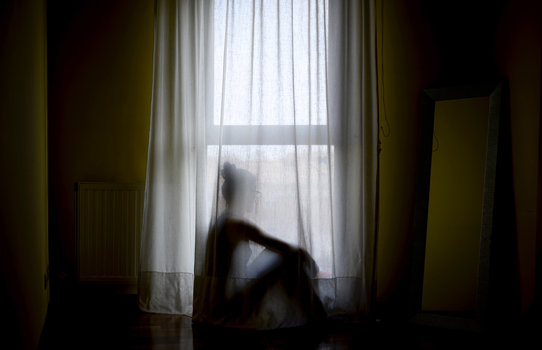 2020年3月24日,西班牙布爾戈斯一名女性坐在家中望出窗外。