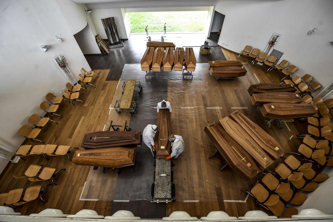 2020年3月27日意大利,從貝加莫省運來的棺材於軍用卡車上卸下,並運往意大利北部米蘭附近的墓地。