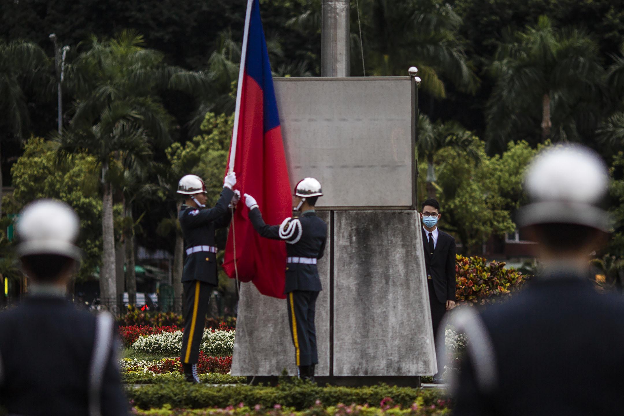 2020年4月7日,台北國父紀念館,三軍儀隊走到升旗台舉行降旗儀式。