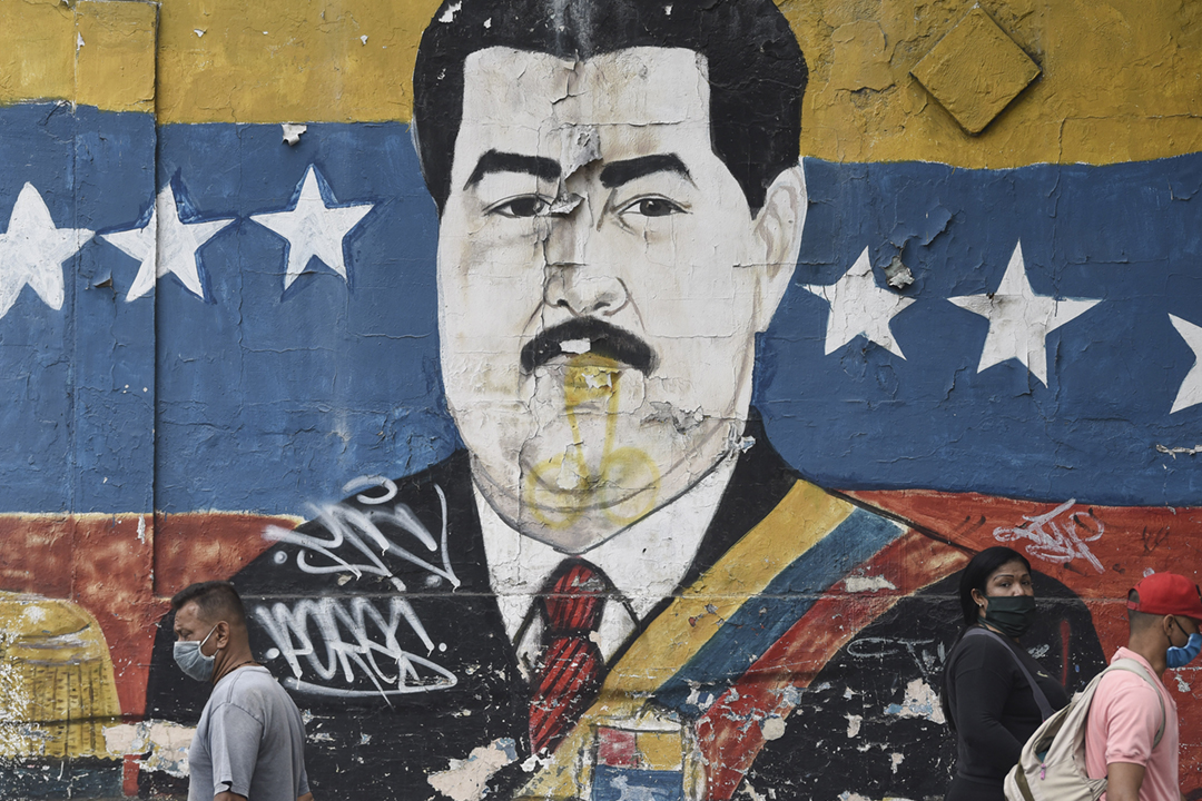 2020年3月31日,委內瑞拉首都加拉加斯街頭的一幅總統馬杜羅(Nicolás Maduro)肖像。 攝:Carlos Becerra / Bloomberg via Getty Images