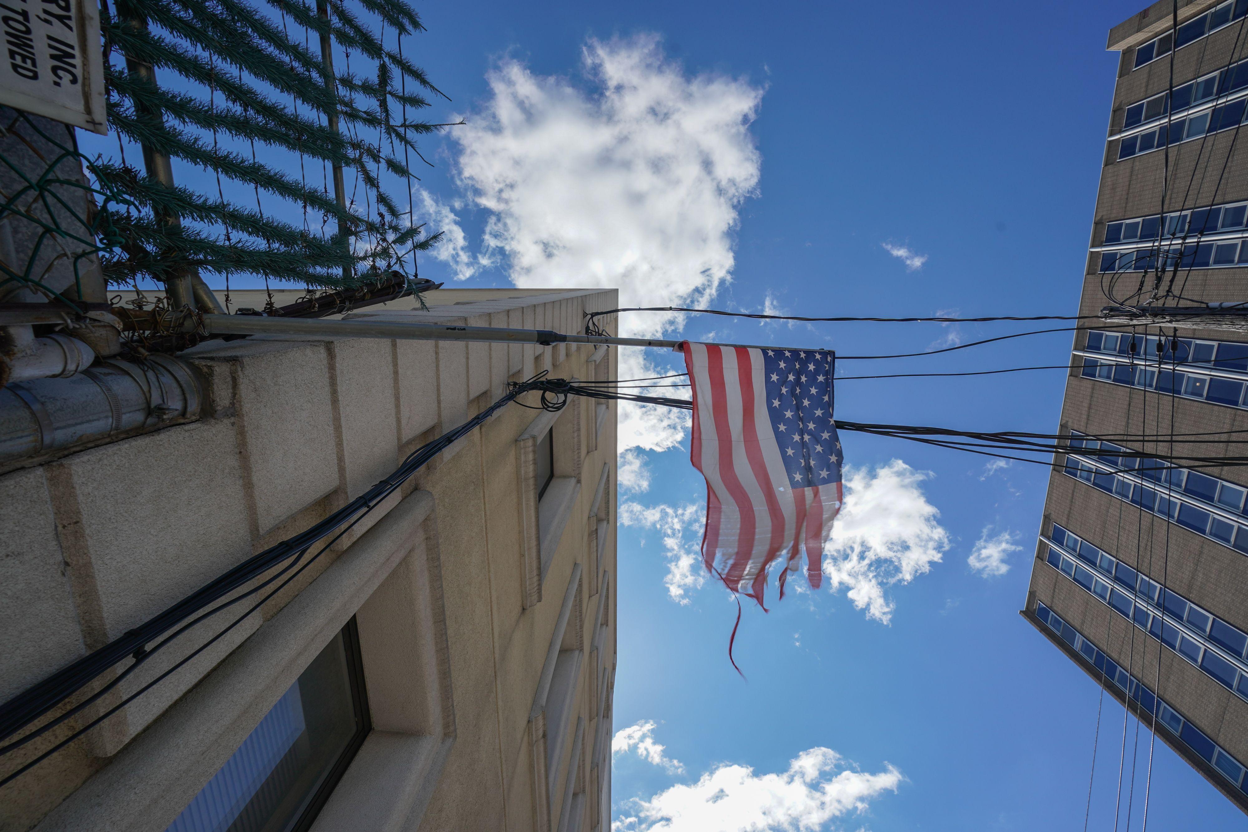 2020年4月4日,紐約布魯克林區威克霍夫醫院的馬路對面懸掛著破爛的美國國旗。
