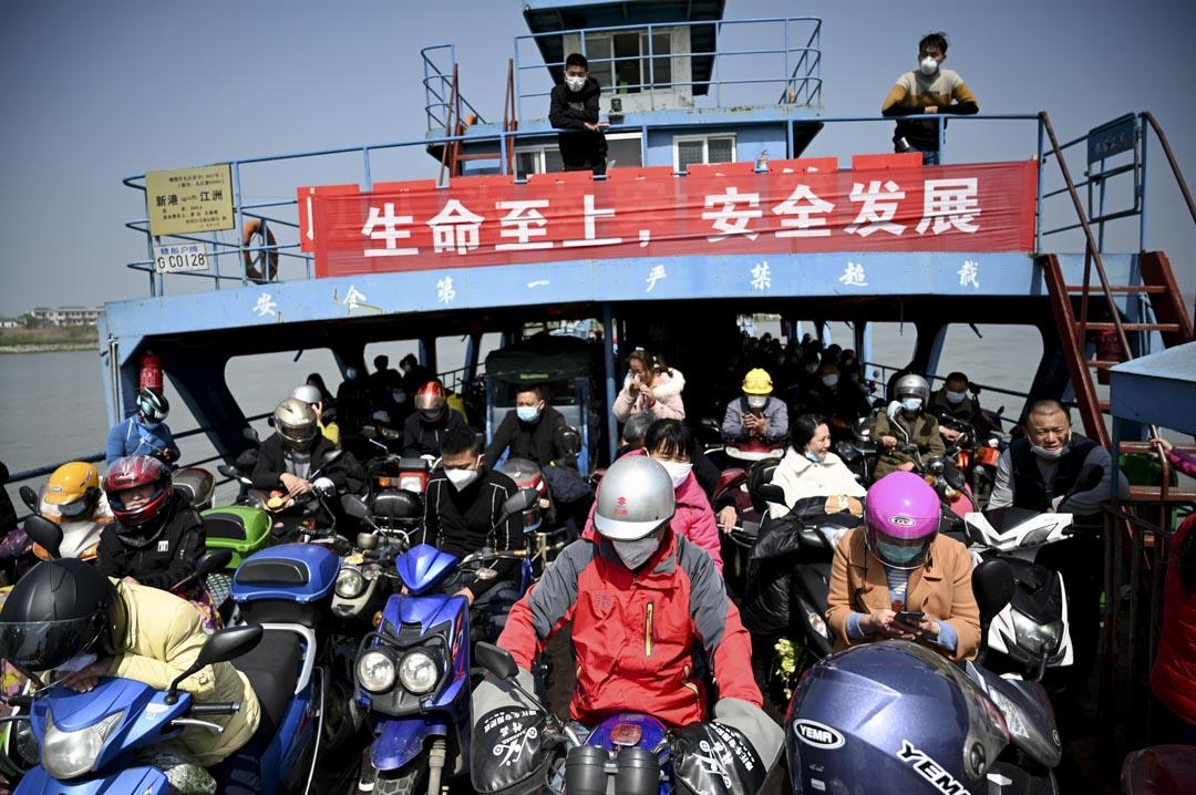 2020年3月14日湖北,戴著口罩的乘客乘船渡過長江,到達中國江西省九江市的鄉鎮。