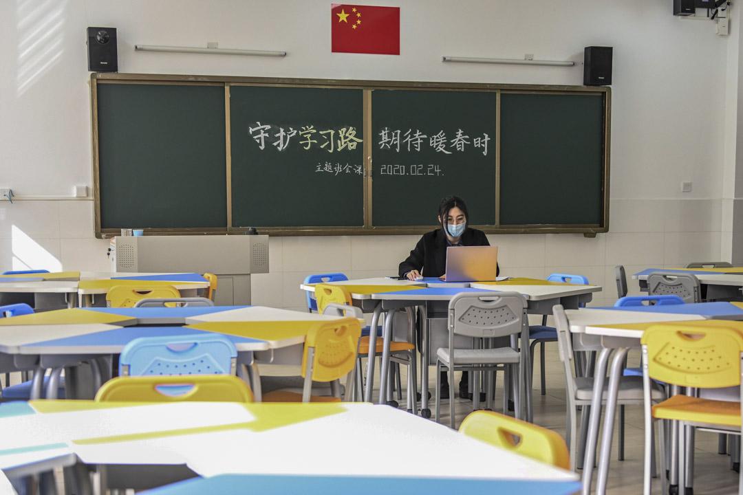 2020年2月24日,廣州一間學校的老師與學生進行網上授課。