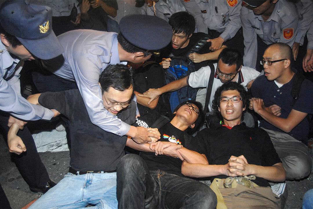 2008年11月7日,台灣大學生在行政院前靜坐,表達對陳雲林抵台期間警方執法和集會遊行限制的不滿。