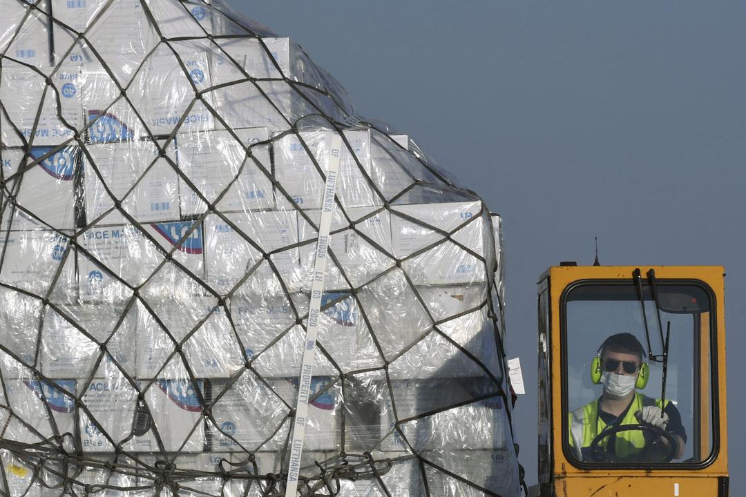2020年4月7日,德國漢莎航空的飛機卸下一批800萬個從上海運來的防護口罩。